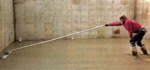 Работа гладилкой на длинной ручке