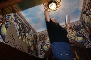 Техника нанесения рисунка на потолок и стены