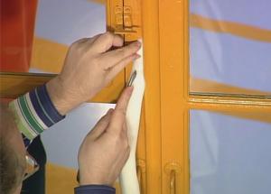 Утепление деревянного окна малярным скотчем