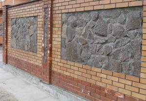 Забор из гранита, отделанный кирпичем