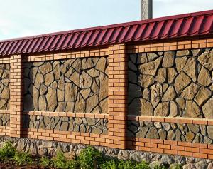 Забор из кирпича и песчаника