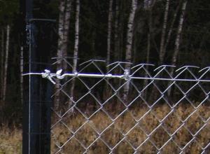 Установка забора из металлической сетки-рабицы