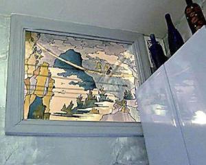 Декорированное стекло в оконном проеме между ванной и кухней